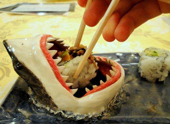 (2) Соочете се со стравот од ајкула - заедно вечерајте суши :)