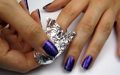 Лесно отстранете го лакот со светки од вашите нокти