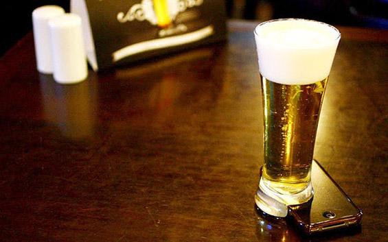 Чаша за пиво што го поттикнува дружењето во ноќните клубови