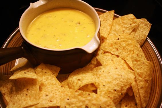 Фантастичен сос од кашкавал за крцкав начо чипс