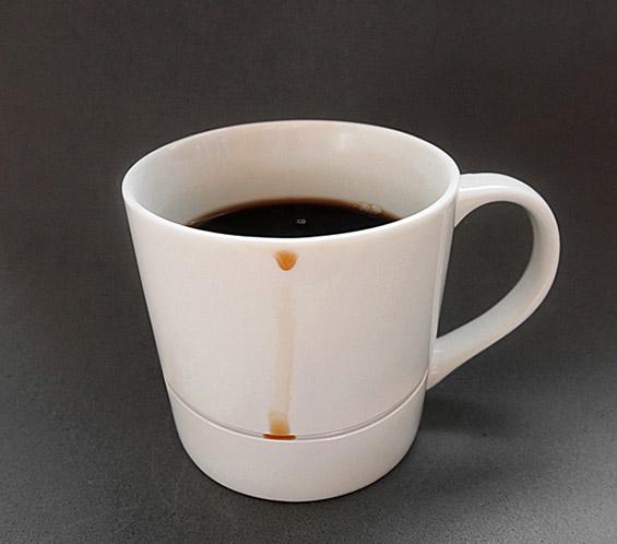 """(1) Умно дизајнирана шолја која ги лови """"залутаните"""" капки кафе"""