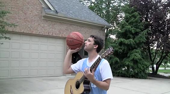 Уникатен талент – шутира кошови додека свири на гитара