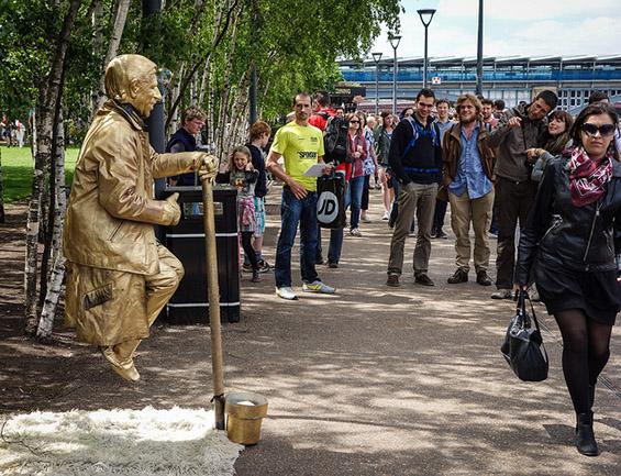 Живи статуи лебдат во воздух