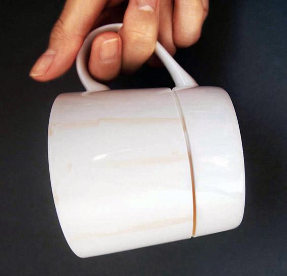 """(2) Умно дизајнирана шолја која ги лови """"залутаните"""" капки кафе"""
