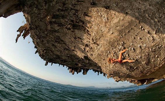 Адреналинско качување на карпа над море. Фотографија на Дејвид Клифорд