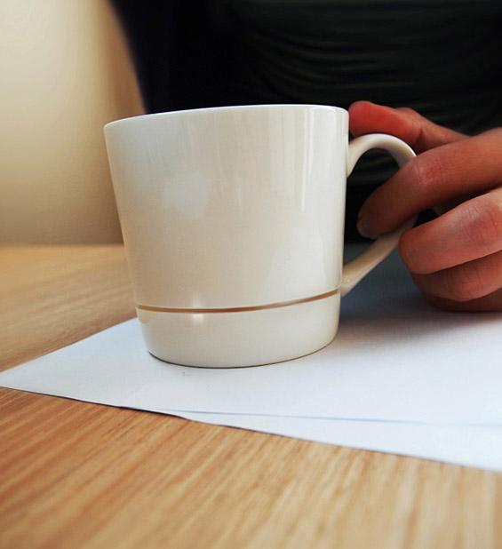 """(3) Умно дизајнирана шолја која ги лови """"залутаните"""" капки кафе"""