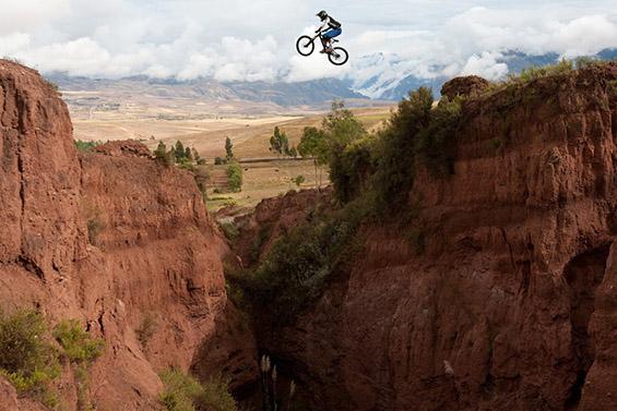 Скок преку кањон со велосипед. Фотографија на Марко Тониоло