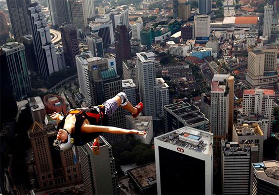 Слободен скок од 421-метарската кула во Куала Лумпур, Малезија. Фотографија на Винсент Тијан