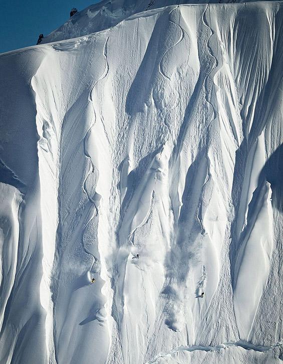 Сноубордери ја освојуваат вертикалната падина во Алјаска. Фотографија на Скот Серфес