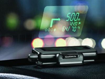 Систем за навигација кој ги проектира насоките на шофершајбната