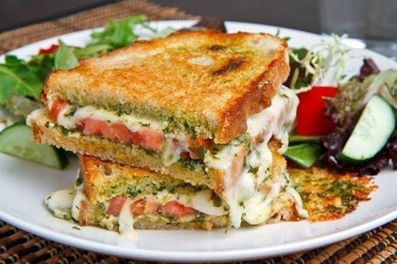 Вкусен вегетаријански сендвич со сирење