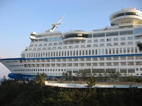 (3) Што бара огромен брод за крстарење на врв од брдо?