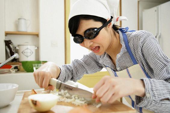 Испробани начини за сечење кромид без да ви солзат очите