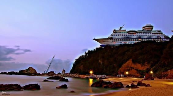 (7) Што бара огромен брод за крстарење на врв од брдо?