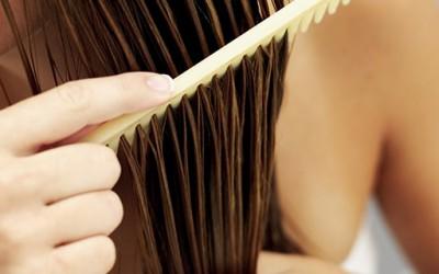 Како природно да си ја исправите косата?