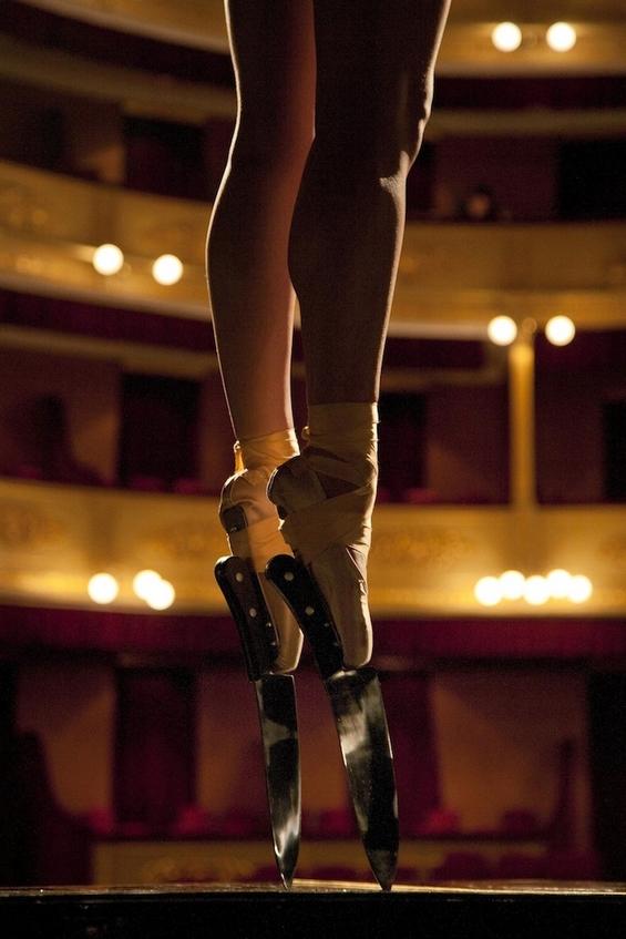 Зачудувачки перформанс балерина танцува со остри ножеви