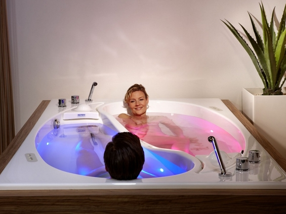Луксузно капење во романтично џакузи за двајца