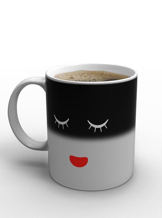 Шолја за кафе која спие додека спиете и вие