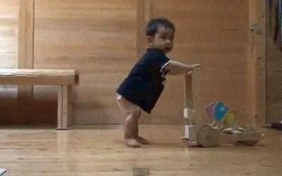 Неверојатна мачка го подучува бебето како да оди