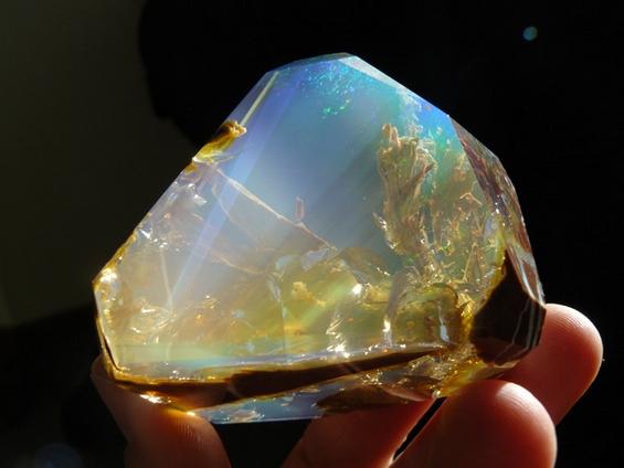 Спектакуларен кристал кој личи на мини-аквариум