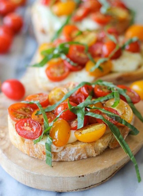 Превкусни брускети со чери домати и моцарела