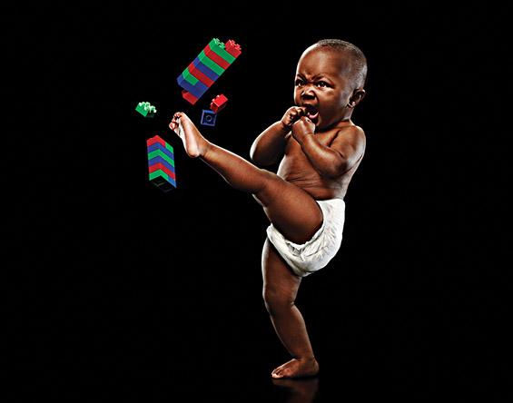 Слатки бебиња се покажуваат со јаки мускули и карате потези