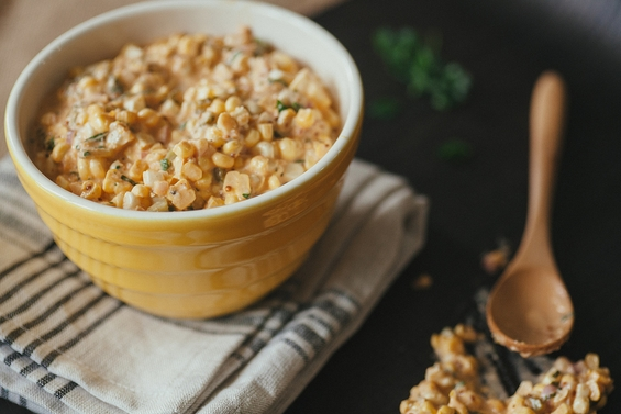 Неодолива крем-салата со пченка и кисели краставички