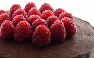 Тората со многу чоколадо и свежи малини