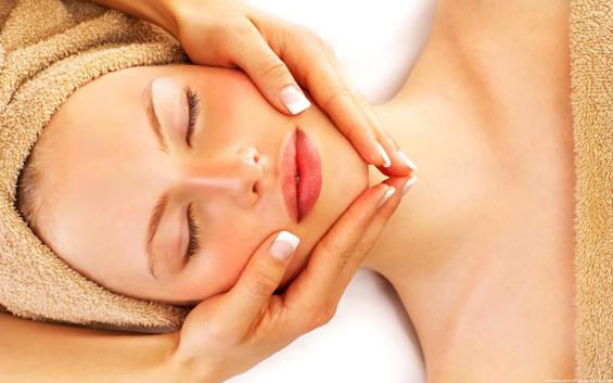 Како да си направите релаксирачка масажа на лице?