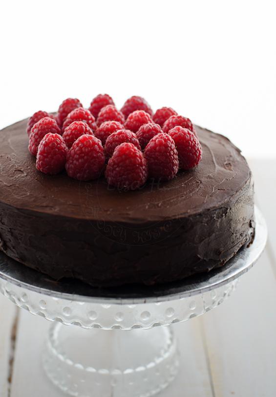 Торта со многу чоколадо и свежи малини