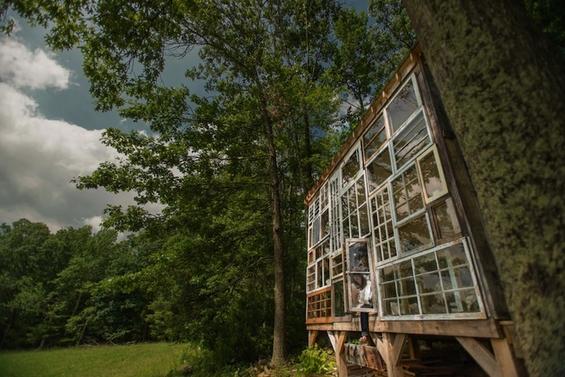 Шармантна колиба изградена за 500 долари со стари прозорци