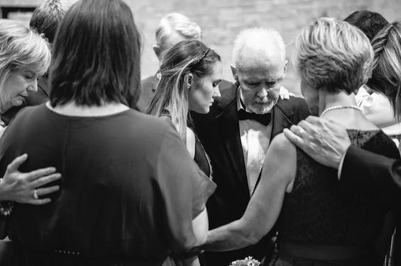 Емотивна приказна: татко со неизлечив рак ги испраќа двете немажени ќерки пред олтарот
