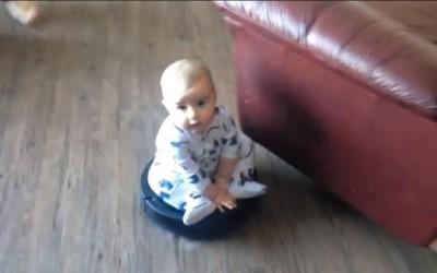 Слатко бебе си се вози на роботска правосмукалка