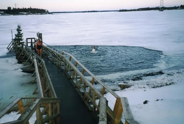 Зимско пливање во ледени дупки во Финска