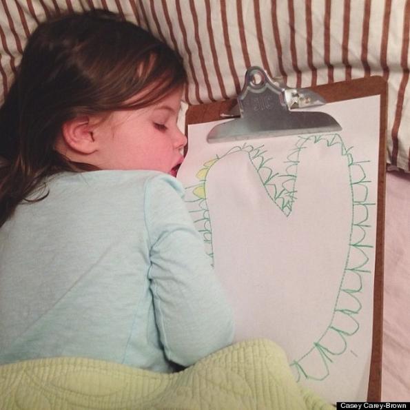 Запознајте ја Рузл, девојченце кое се успива цртајќи цртежи