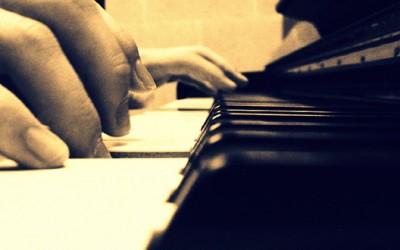 Бездомник свири на клавир, присутните трогнати до солзи
