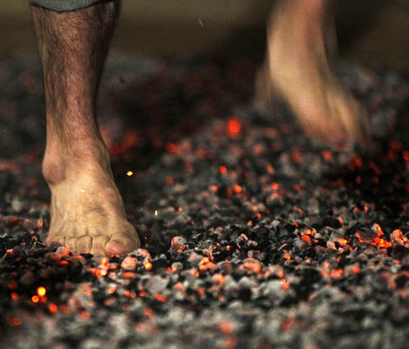 4 причини зошто да чекорите боси по жар