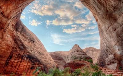 Природна структура која изгледа како отворен покрив кон небото