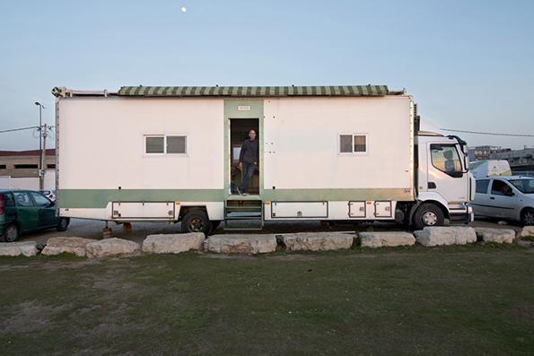 Камион претворен во подвижно живеалиште за уживање во слободата