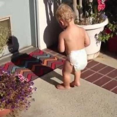 Смешни реакции на дечиња кои се запознаваат со својата сенка