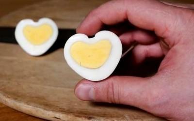 Направете варени јајца во облик на срце