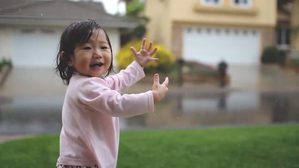 Првото искуство со дождот: Радоста на преслатката 15-месечна Кејден