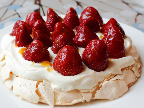 pavlova-torta-brzinski-recept-za-najpopularniot-proleten-krckav-desert-kafepauza.mk