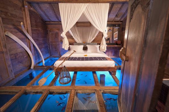 Неверојатен хотел со стаклен под кој ни открива подводони мистерии и чуда