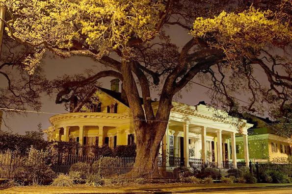 Архитектурата во Њу Орлеанс навечер раскажува приказни за градот