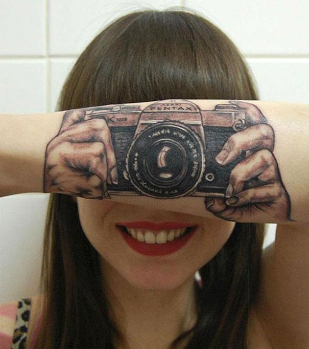 1-kreativni-tetovazhi-koi-se-vo-pametna-interakcija-so-samoto-telo-kafepauza.mk