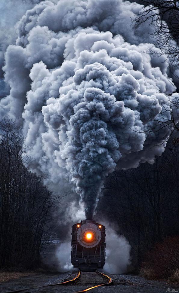 Моќни возови патуваат низ прекрасни предели