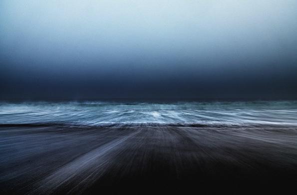 Прекрасни морски пејзажи направени во моментот кога се судруваат песокот и брановите