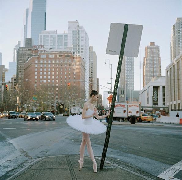Прекрасни и елегантни балерини настапуваат на улиците...