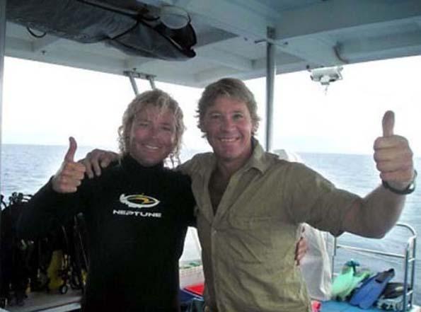 Стив Ирвин се фотографира на бродот на морскиот биологист Крис Џонс, два дена пред неговата смрт во 2006 година.